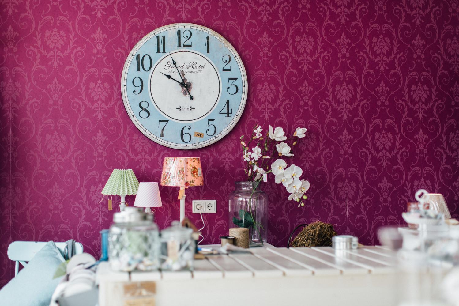 Calluna-Cottage-Laden-Uhr-Tapetenwand-Image-Bild